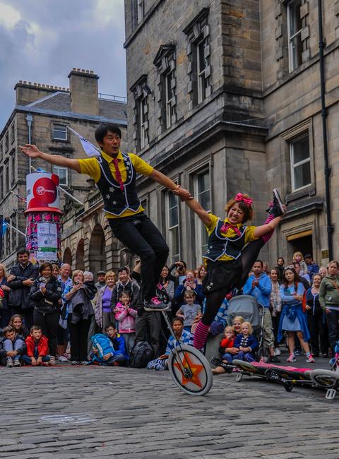 dal giappone una performante e simpatica coppia di acrobati e giocolieri