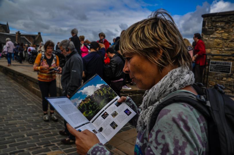 leggendo la guida tra le mura del castello di edimburgo