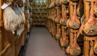 Lo stoccaggio e conservazione durante la stagionatura, su antiche rastrelliere di legno.