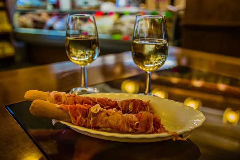 il miglior modo per degustare il prosciutto di San Daniele: grissino e un buon bicchiere di vino bianco del Friuli