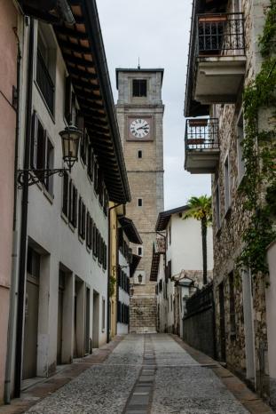 Torre campanaria vista dai vicoli del paese