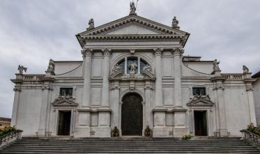 La facciata del duomo di S.Michele Arcangelo