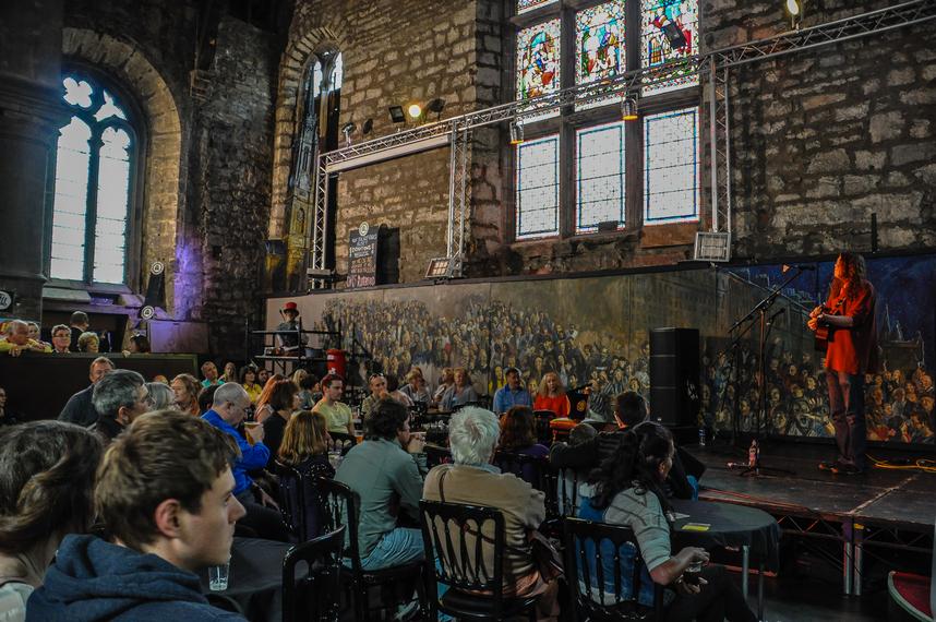 uno dei tanti luoghi dove si esibiscono gli artisti, in questo caso una ex chiesa trasformata in un pub con musica dal vivo