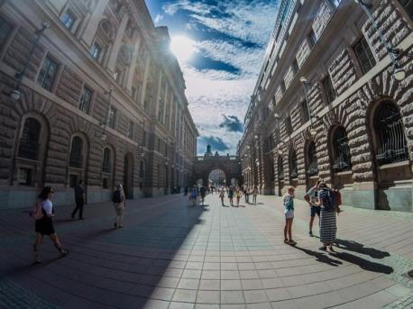 Il percorso tra archi e vie che conduce al palazzo reale Kungliga Slottet