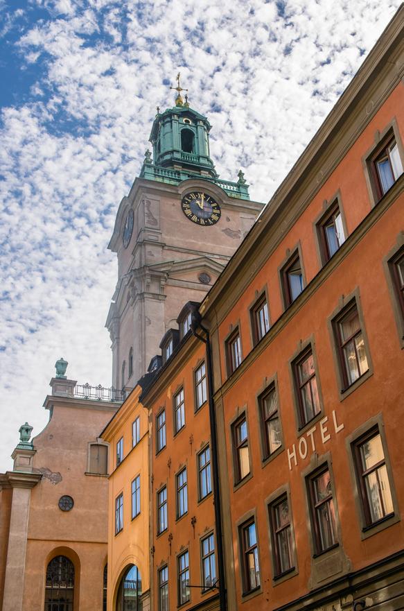 Il campanile della cattedrale di Stoccolma Storkyrkan che svetta tra vecchi alberghi