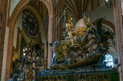 San Giorgio in sella al suo cavallo che uccide il drago per salvare la figlia del Re