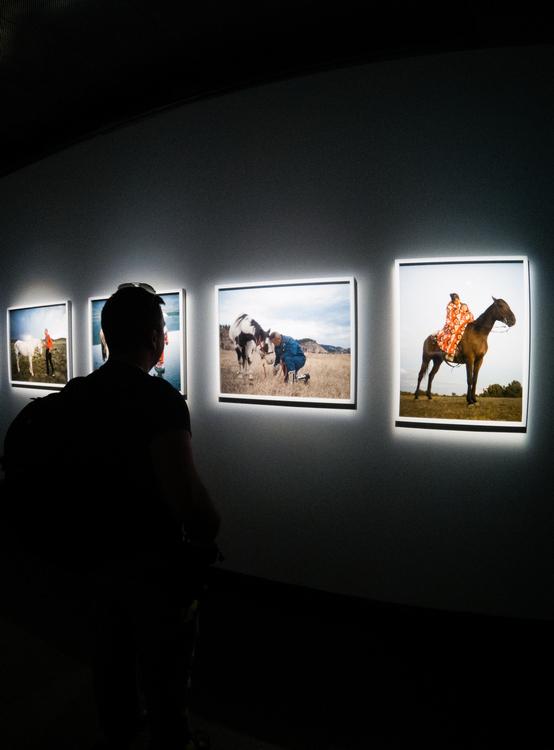 La particolare illuminazione delle foto esposte al Fotografiska