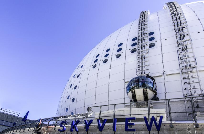 Stockholm Globe Arena è la più grande costruzione emisferica del mondo; una sfera in vetro del diametro di 4,5 metri, attraverso una rotaia, si arrampica sul suo tetto percorrendo metro dopo metro la sue pareti ricurve.