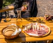 appena seduti viene offerto subito il bicchiere di benvenuto, accompagnato da una varietà di salumi, formaggi e sottaceti, il tutto rigorosamente casareccio.
