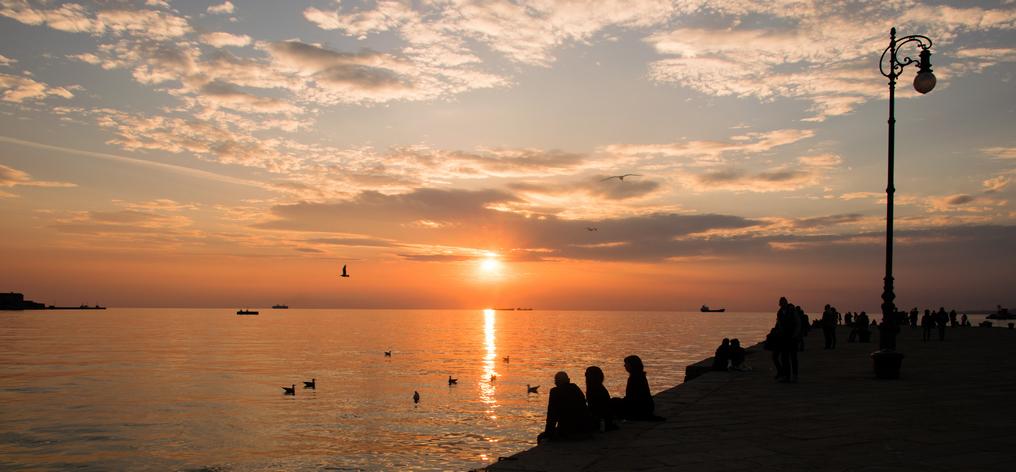 Il classico appuntamento dei triestini, il tramonto visto dal Molo Audace.
